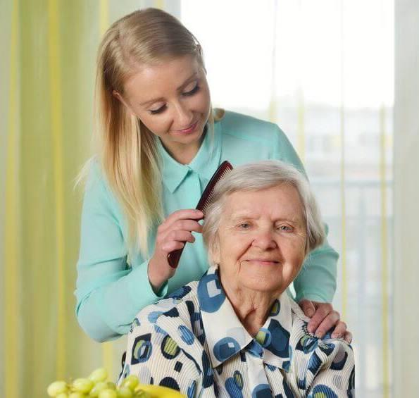 Pflegedienst Pflegerin mit Rentnerin