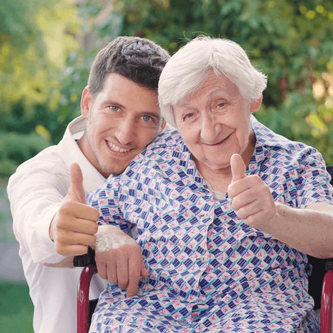 Pfleger mit Rentnerin Pflegedienst